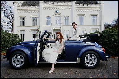 Trouwen in een trouwauto kever cabrio blauw